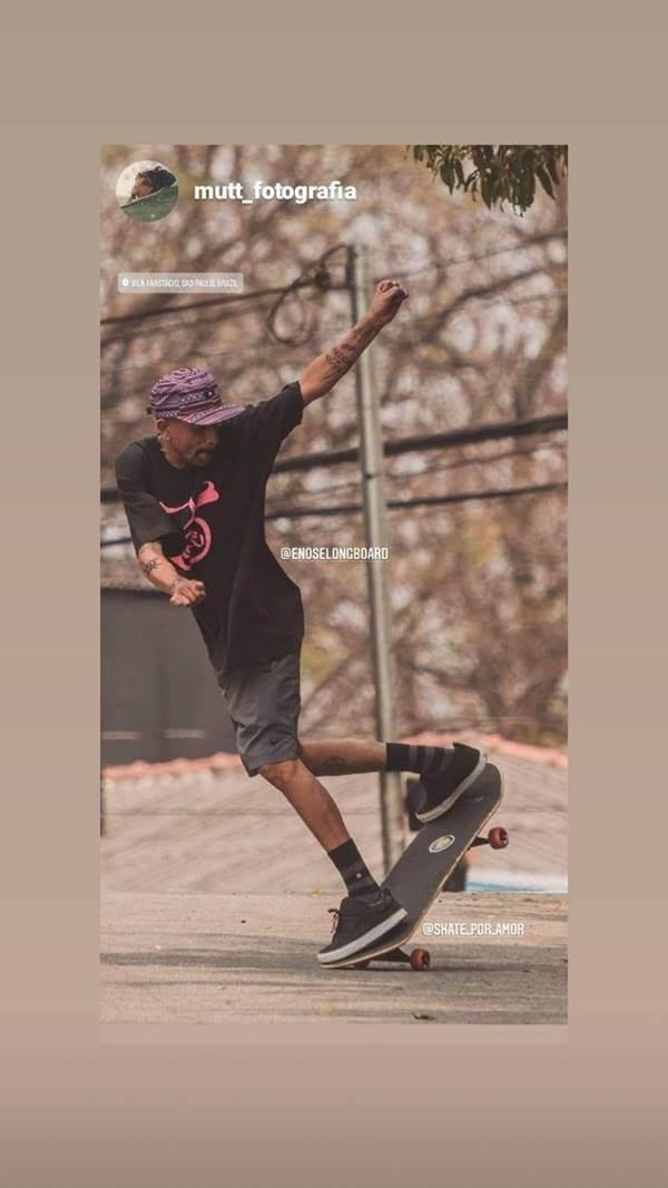 rapaz andando de skate com a camiseta da é nose logboard