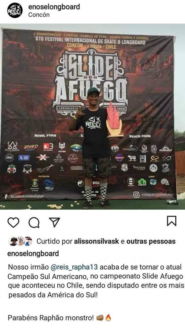 atleta raphael reis em primeiro lugar no pódio com a camiseta da é nose longboard